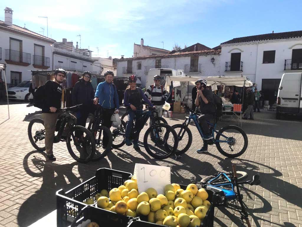 Granada en bici: del cielo al mar