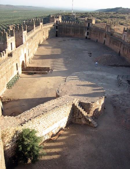 Baños de la Encina - Patio de Armas del Castillo