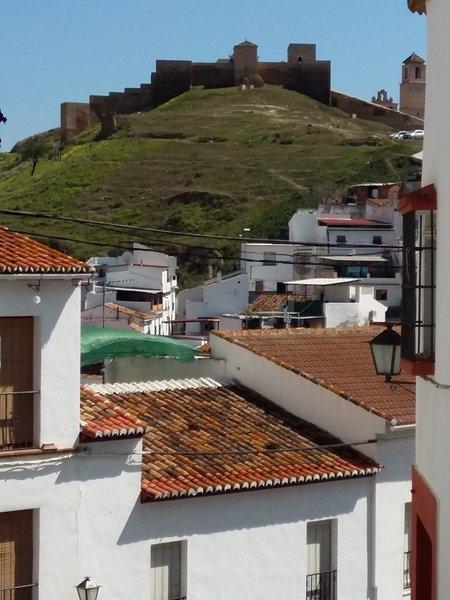 Álora, el castillo desde la Plaza Baja