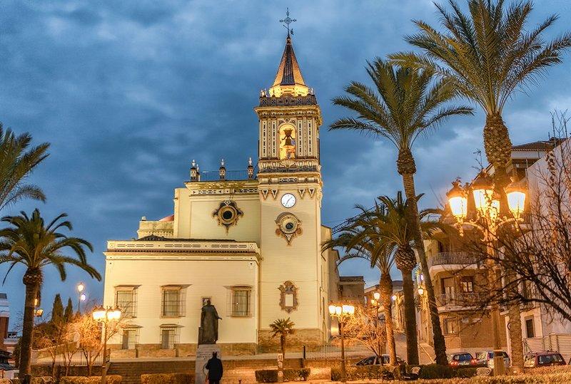 Vista nocturna de la iglesia de San Pedro y Plaza en el centro