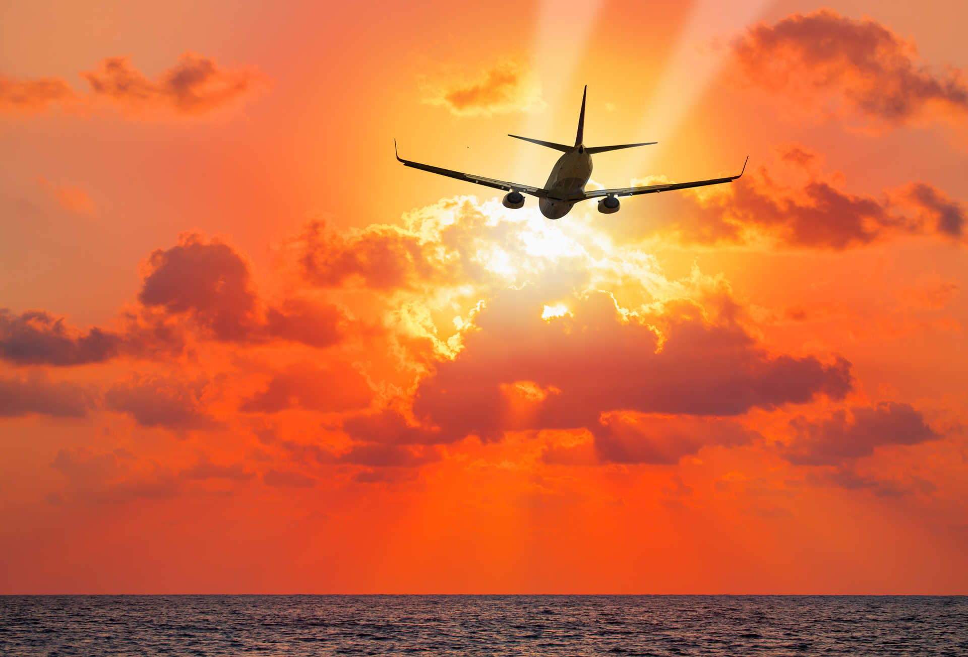 avion volando atardecer.jpg