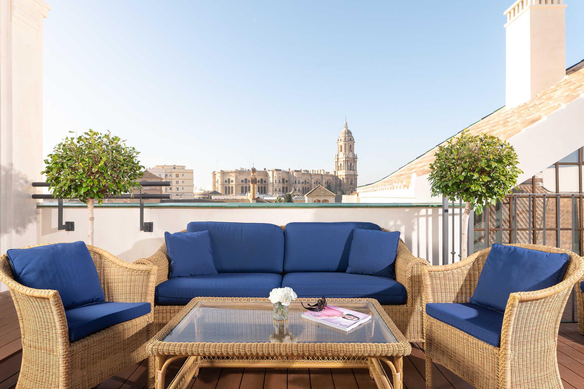 Tapeo andaluz al atardecer con vistas a la Catedral de Málaga - Hotel Palacio Solecio