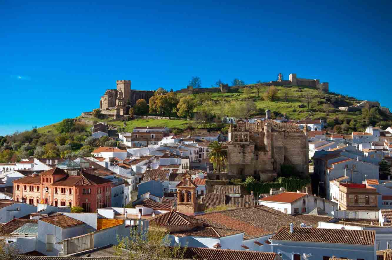Minivan con conductor a disposición para visitar Aracena desde Sevilla