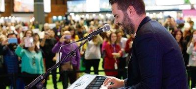 Juan Saavedra se sube al escenario de Andalucía en FITUR